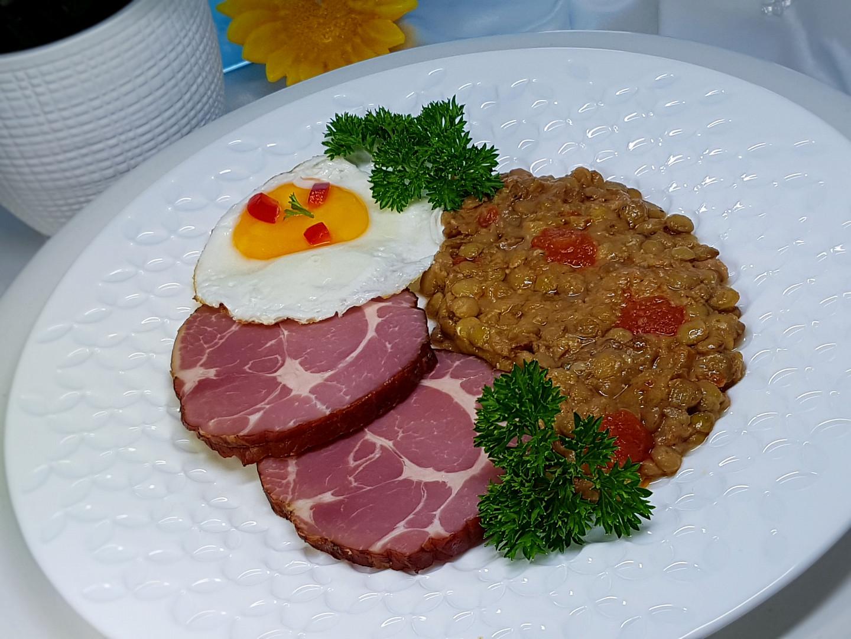 Sladkokyselá čočka s rajčaty, domácí uzená krkovice a vejce