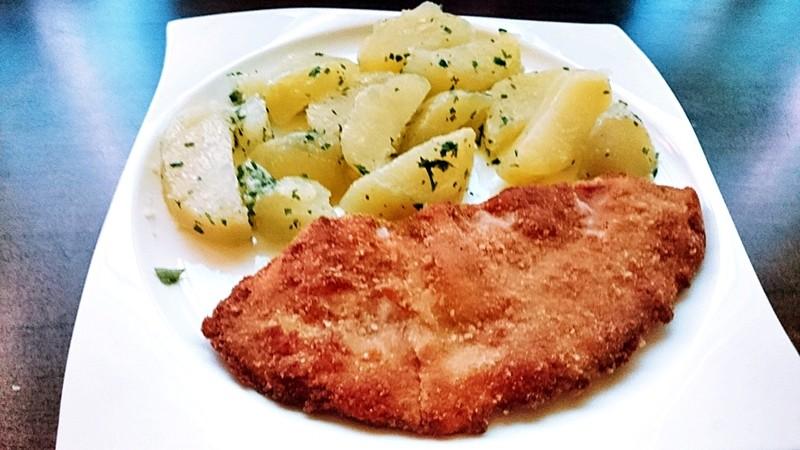 Smažený sírovec obyčejný s petrželovými brambory