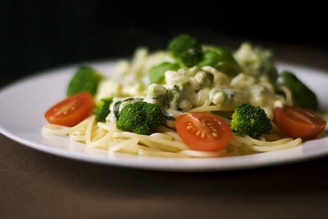 Špagety s brokolicí a čedarovou omáčkou