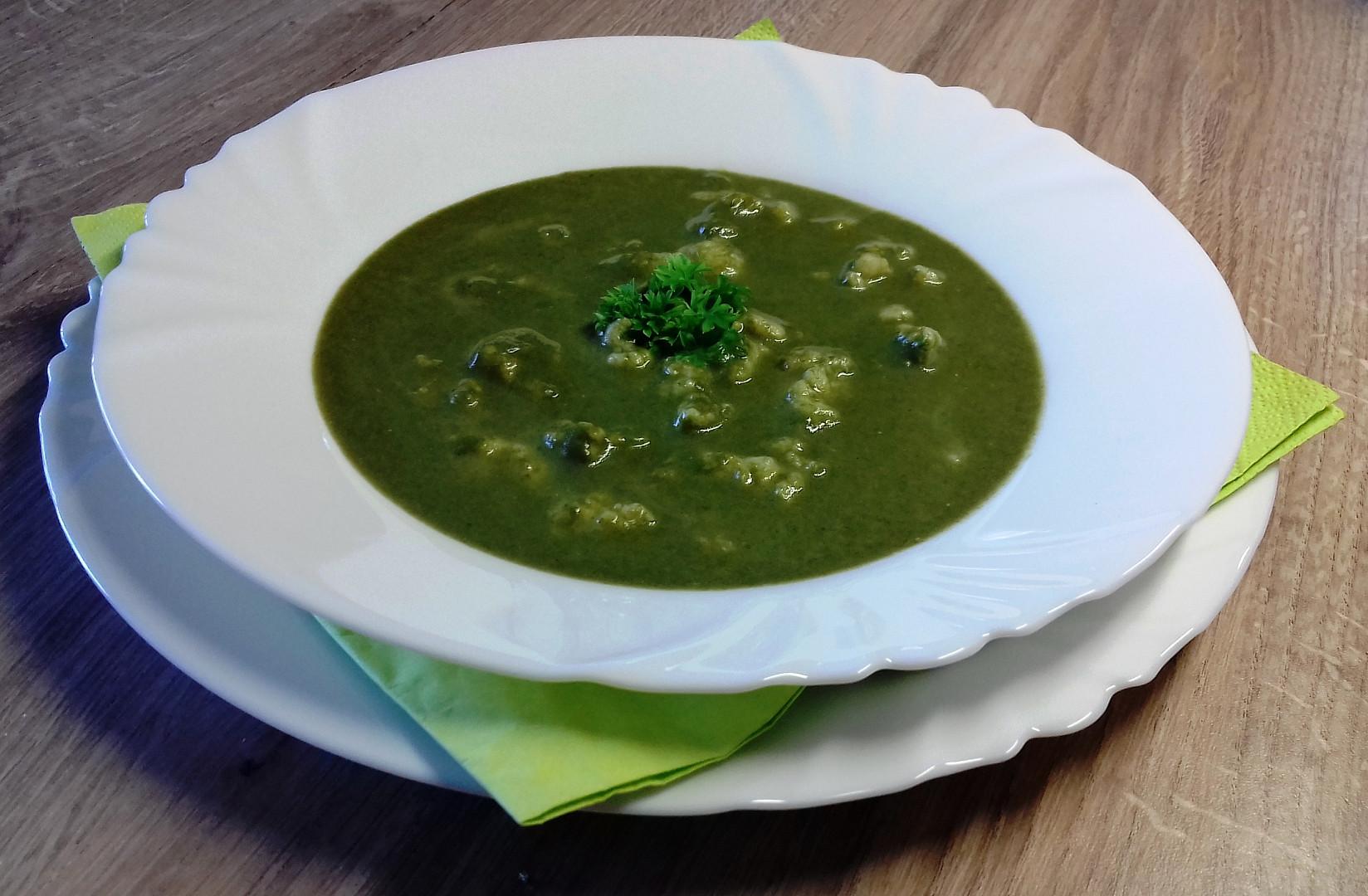 Špenátová polévka s čerstvým sýrem a drožďovými haluškami