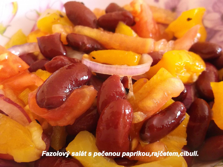 Studený fazolový salát s pečenou paprikou a rajčaty