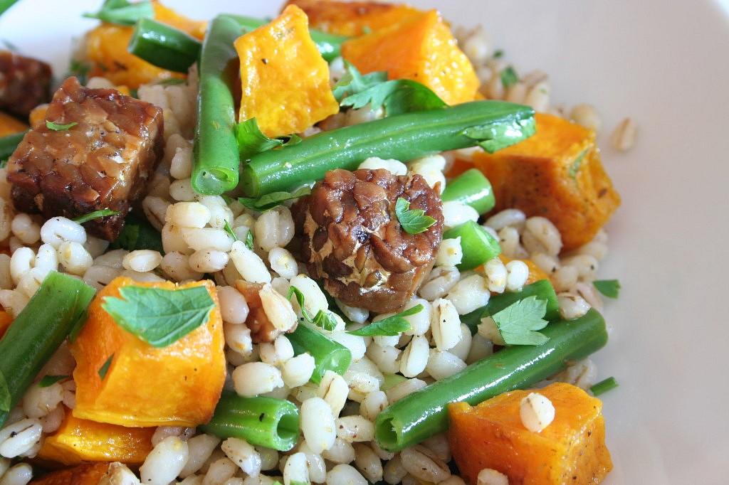 Teplý salát s kroupami, tempehem a zeleninou