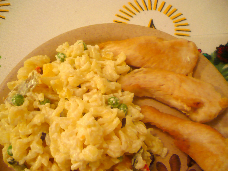 Těstovinový salát s kuřecími prsíčky