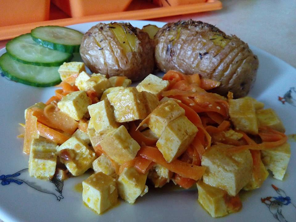 Tofu směs s mrkví a pečenými brambory