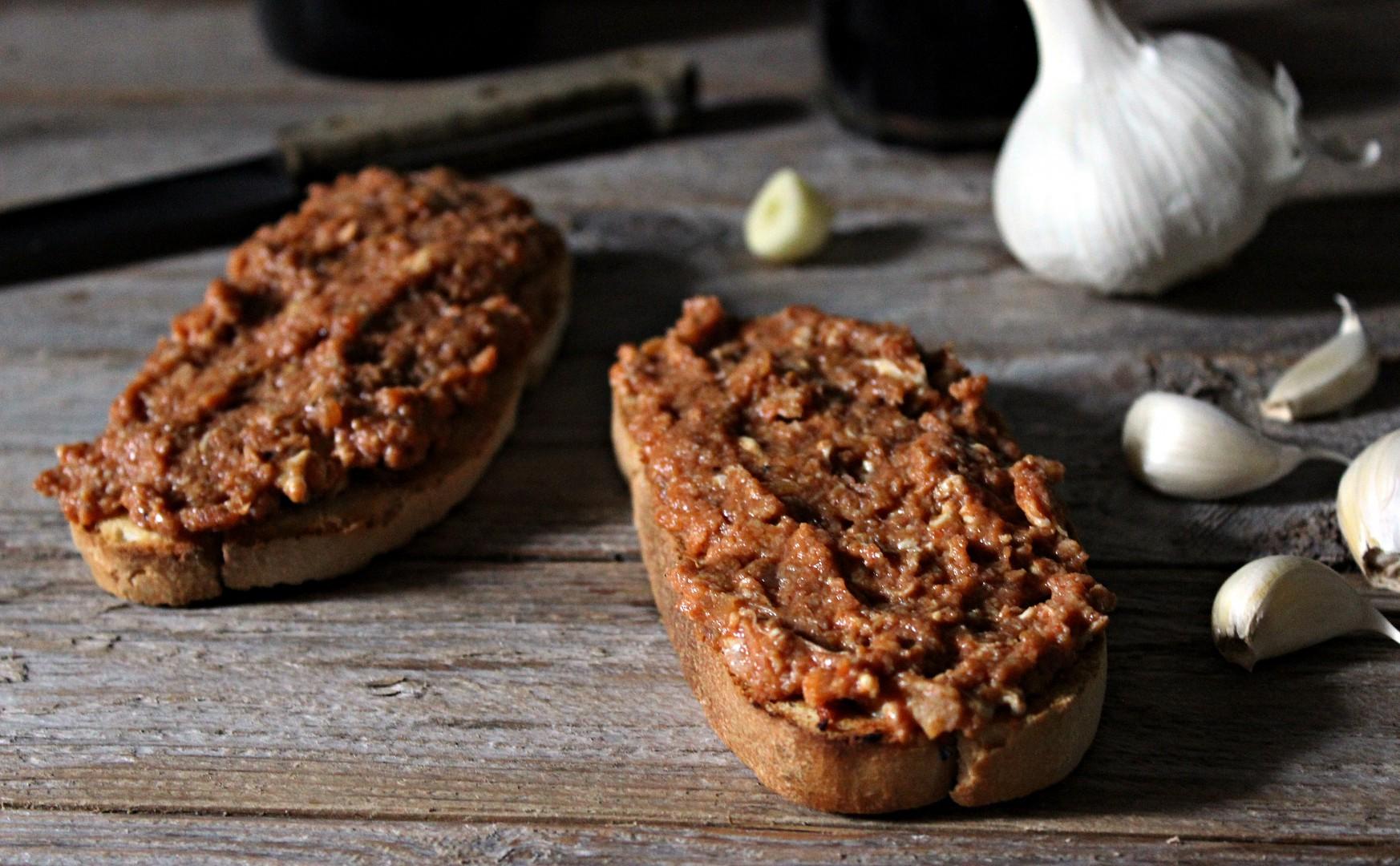Vaječno - kečupová pomazánka na topinky