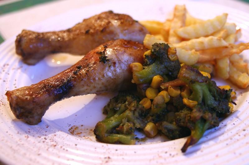 Zapečená kuřecí stehna s brokolicí