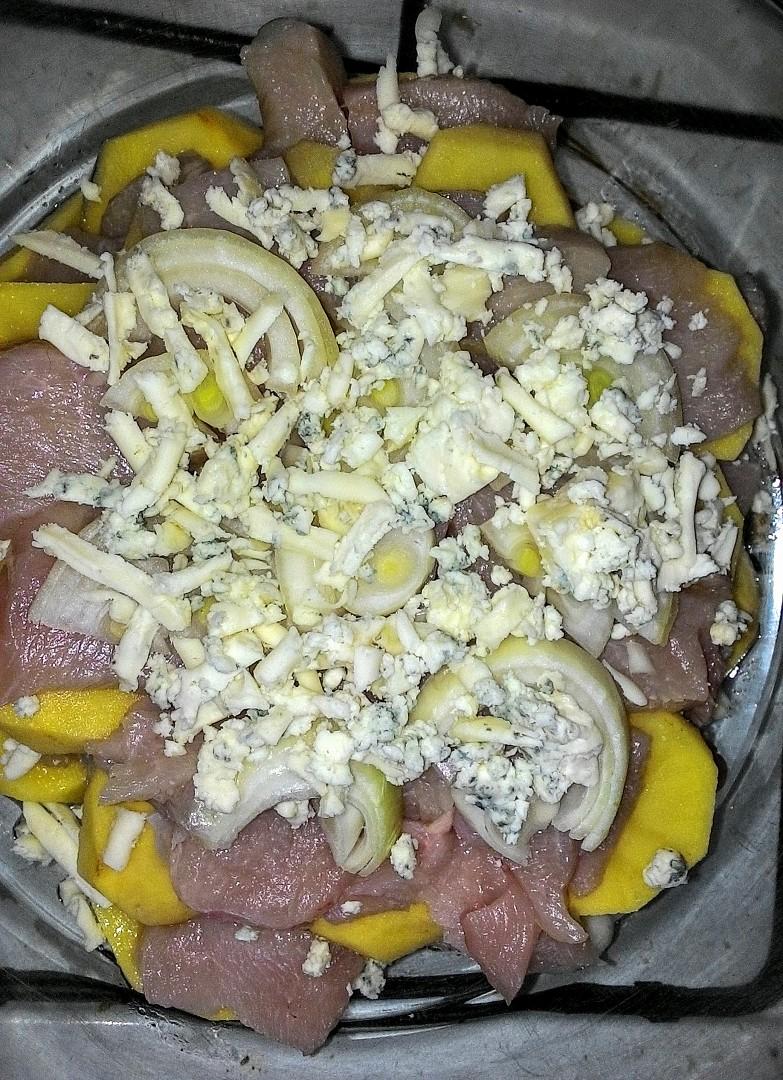 Zapečené brambory s kuřecím masem a Nivou