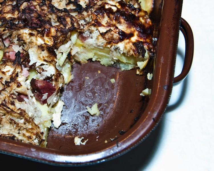 Zapečené brambory s uzeným, zelím a slaninou