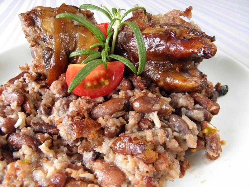 Zapečené fazole s rýží a vepřovými nožičkami