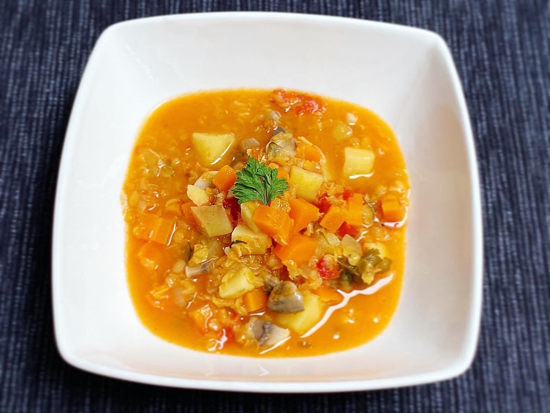 Zeleninová polévka s červenou čočkou a rajčaty