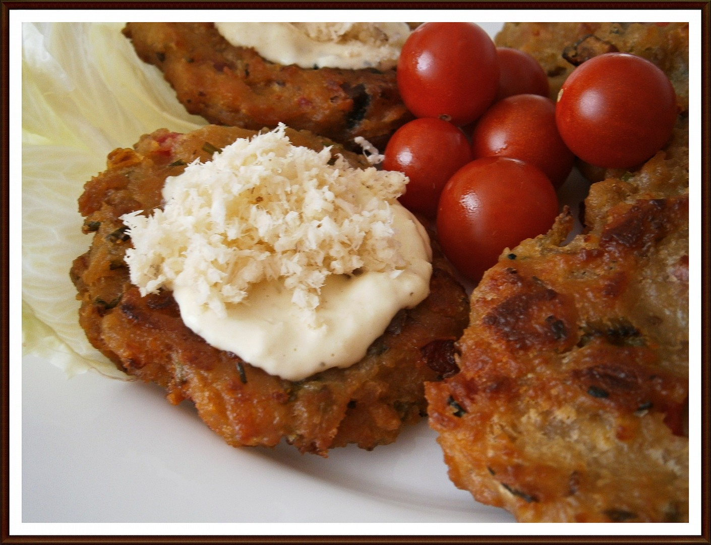 Zeleninovo-slaninové chlebové placičky s křenovým dipem